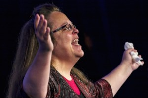 Kim-Davis-hands-raised